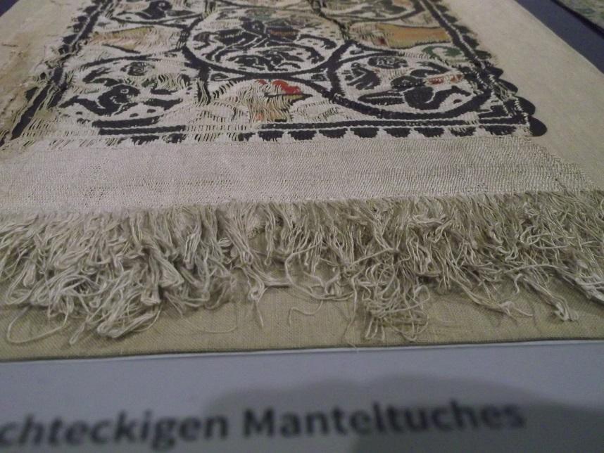 Originalgewebe (Leinen mit farbigen Wollfäden) als Vergleichsgewebe, mit freundlicher Erlaubnis des Schütgen Museum Köln, Ausstellung Expedition Mittelalter 2017