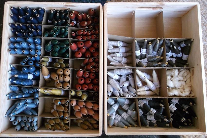 Wollgarne für Handnäher, pflanzengefärbt und industriell gefärbt