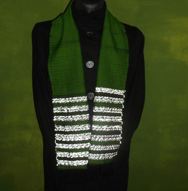 handgewebter Schal mit  Reflektionsstreifen: schön erkennt man wie das Reflexgarn leuchtet