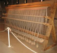 der Nachbau des Gweichtswebstuhls in der Kaiserpflanz Tilleda wurde anhand von aufgefundenen Webgewichten und nachgewiesenen Pfostenlöchern erstellt