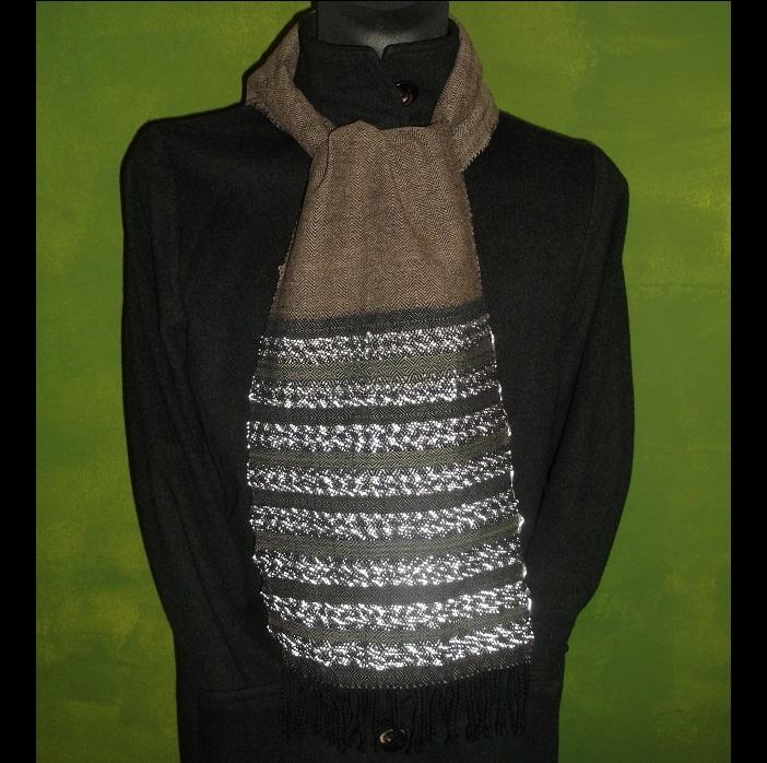 Dezenter Schal mit Reflektoren, unauffällig und doch gut sichtbar