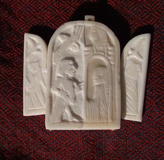 Nachbildung des Lütticher Klappspiegels aus Bein rechts ein Kleid mit Hängeärmel