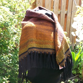 Ein ganz besonderes Tuch als Dreieckstuch getragen aus handgesponnenem Garn mit Farbverlauf