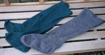 genähte Strüpfe im Test : das grüne Paar ist aus industriell gewebtem Stoff, das braune Paar aus handgewebtem Stoff ( S/Z gesponnen )