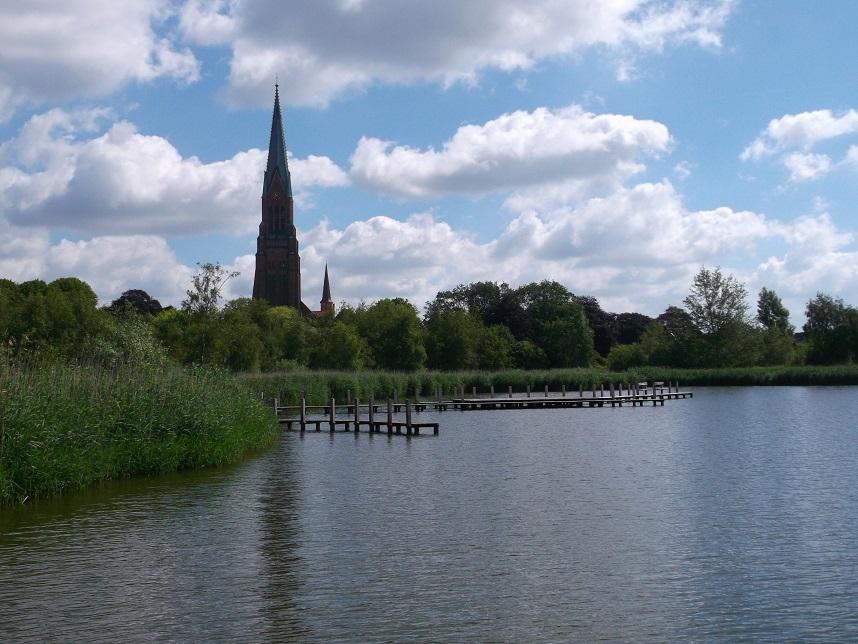der Schleswiger Dom  mit Blick über die Schlei