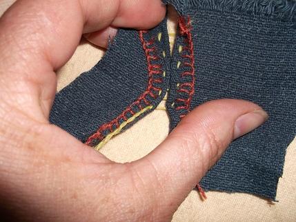 Elastische Handnaht 3 die verbundenen Stoffstücke können auseinander gezogen werden, im Idealfall kriechen sie ohne Spannung wieder in die Ausgangsposition