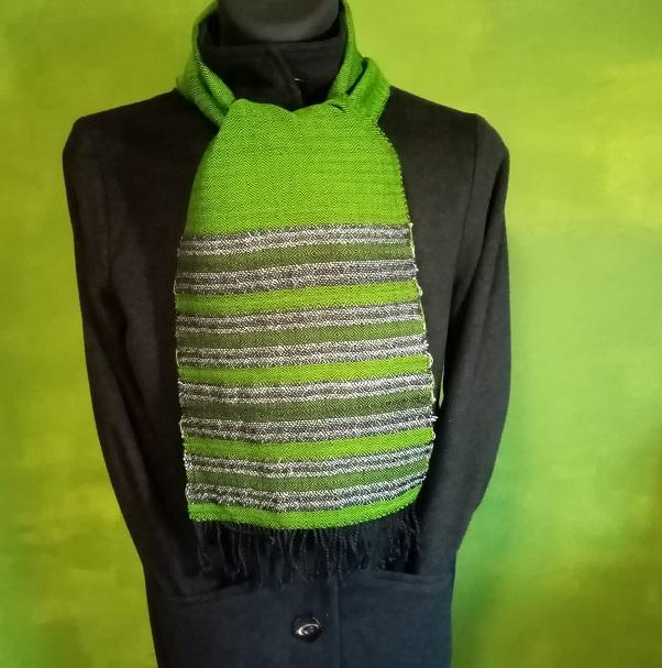 handgewebter Schal mit  Reflektionsstreifen bei Tageslicht in leuchtend Grün