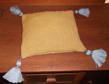 Schlichtes handgewebtes Kissen mit pflanzengefärbten  Tasseln / Troddeln