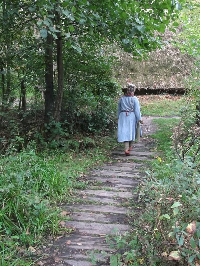 Nacharbeitung der Kleidung aus Skjoldehmn, hat die Kleidung so ausgesehen als die Trägerin noch lebte ? Hier im Archäologischen Freilichtmuseum Oerlinghausen im Rahmen einer historischen Modeschau getragen