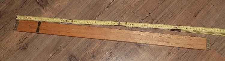 moderner Breithalter, er ist in der Breite variabel und wird seitlich ins Gewebe eingesteckt, um es zu strecken.
