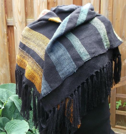 Hangewebtes Tuch als Dreiecktuch getragen aus hautschmeichelnder Alpaka