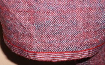 Tunika aus handgewebtem Stoff, hier mit passender Brettchenborte