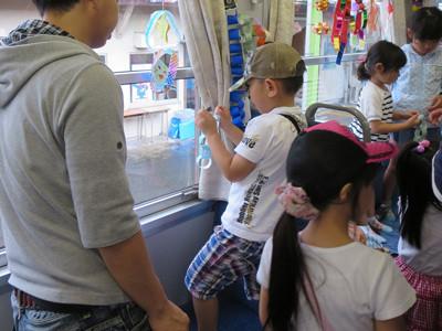 たなばた列車の飾り付けをする園児たち