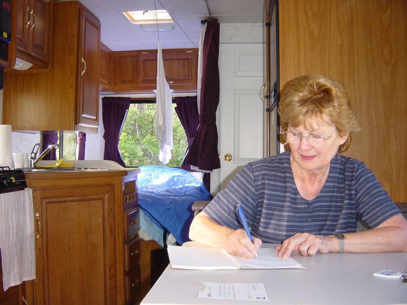 Renate schreibt am Tagebuch