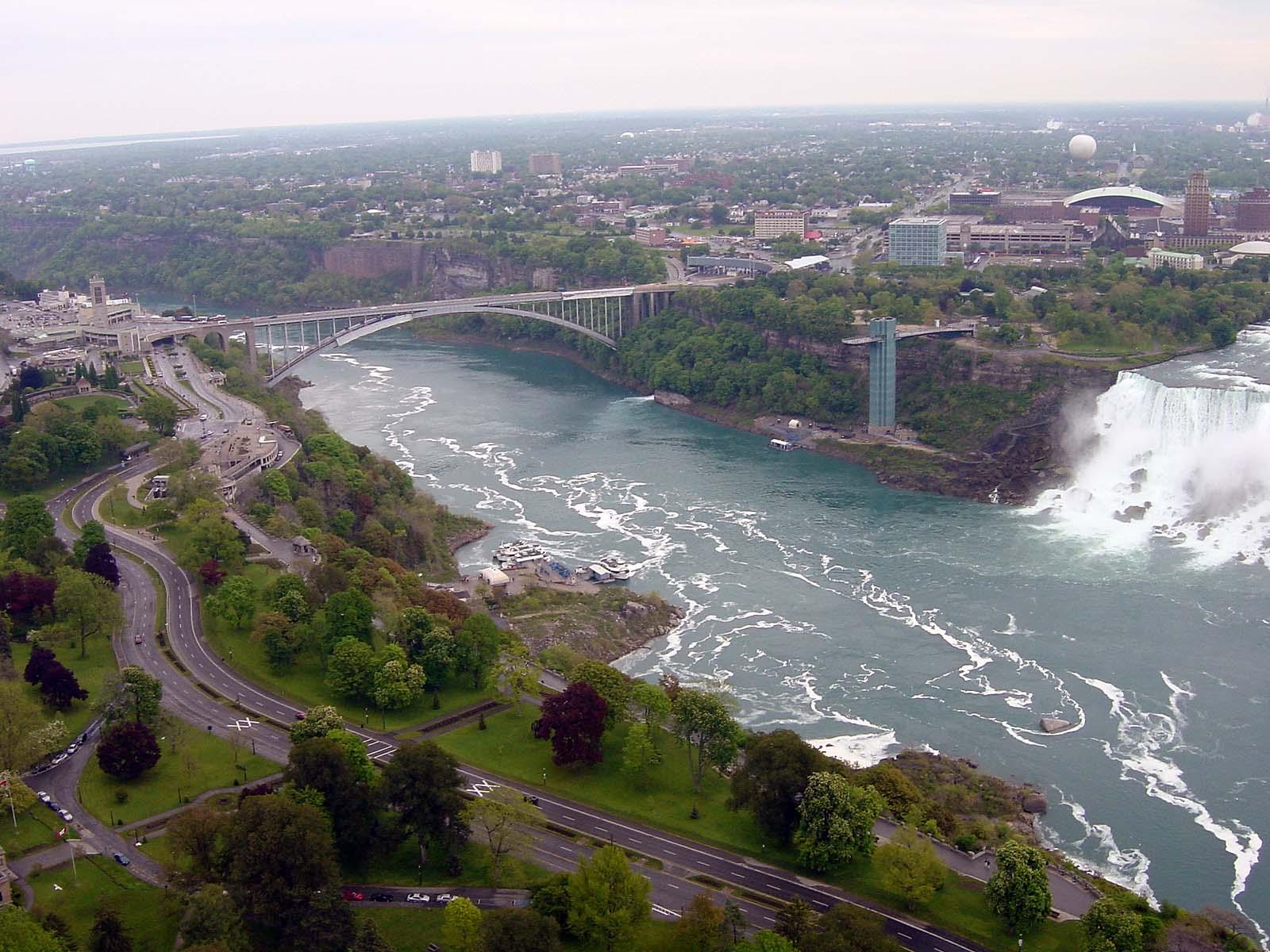 Blick vom Observation Deck zur Brücke zw. USA und Kanada (Rainbow Bridge)