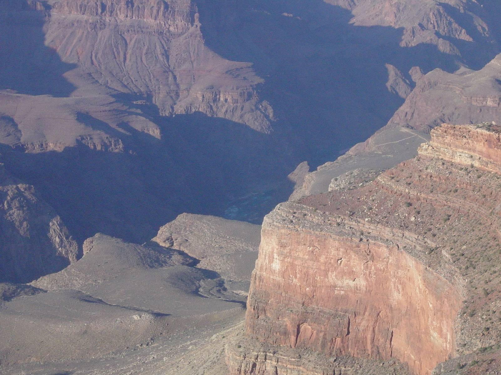Grand Canyon, der Colorado River (in der Mitte tief unten im Schatten kaum zu erkennen)