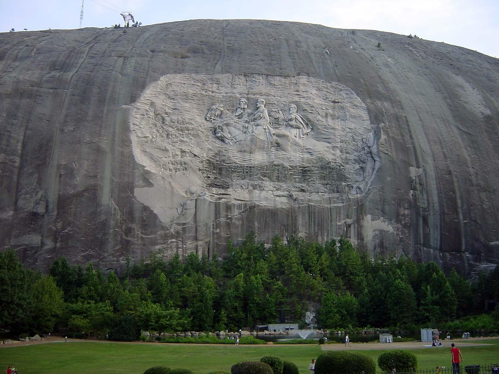 """Stone Mountain, in den Stein gemeißelt die """"Helden"""" aus dem Bürgerkrieg"""