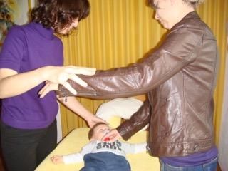 Kinesiologischer Muskelfunktionstest über Surrogat mit der Mutter bei Eveline Schwabl
