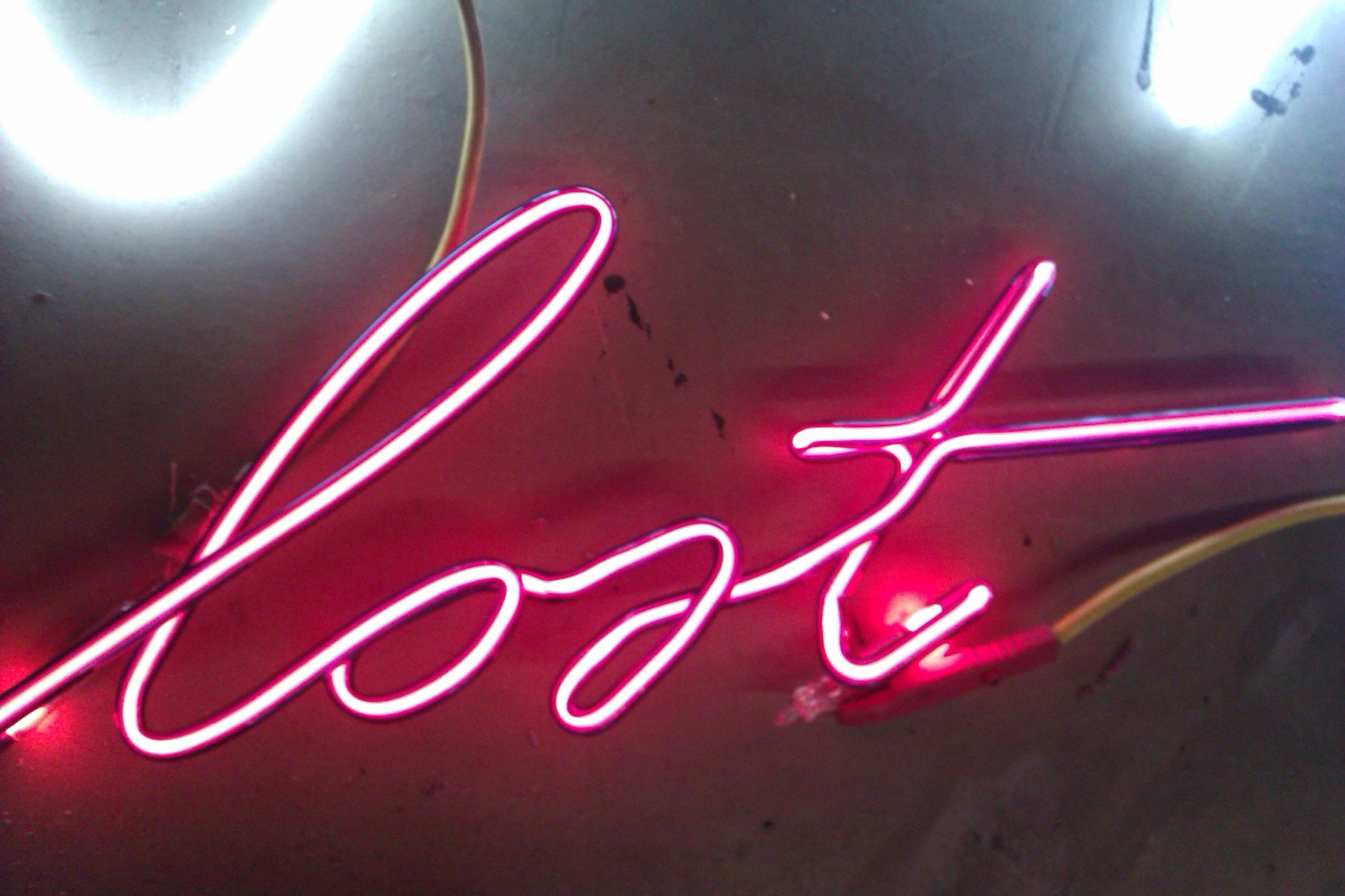 """Neon aus Berlin """"lost"""" Neonschrift // Neon Joecks Berlin"""