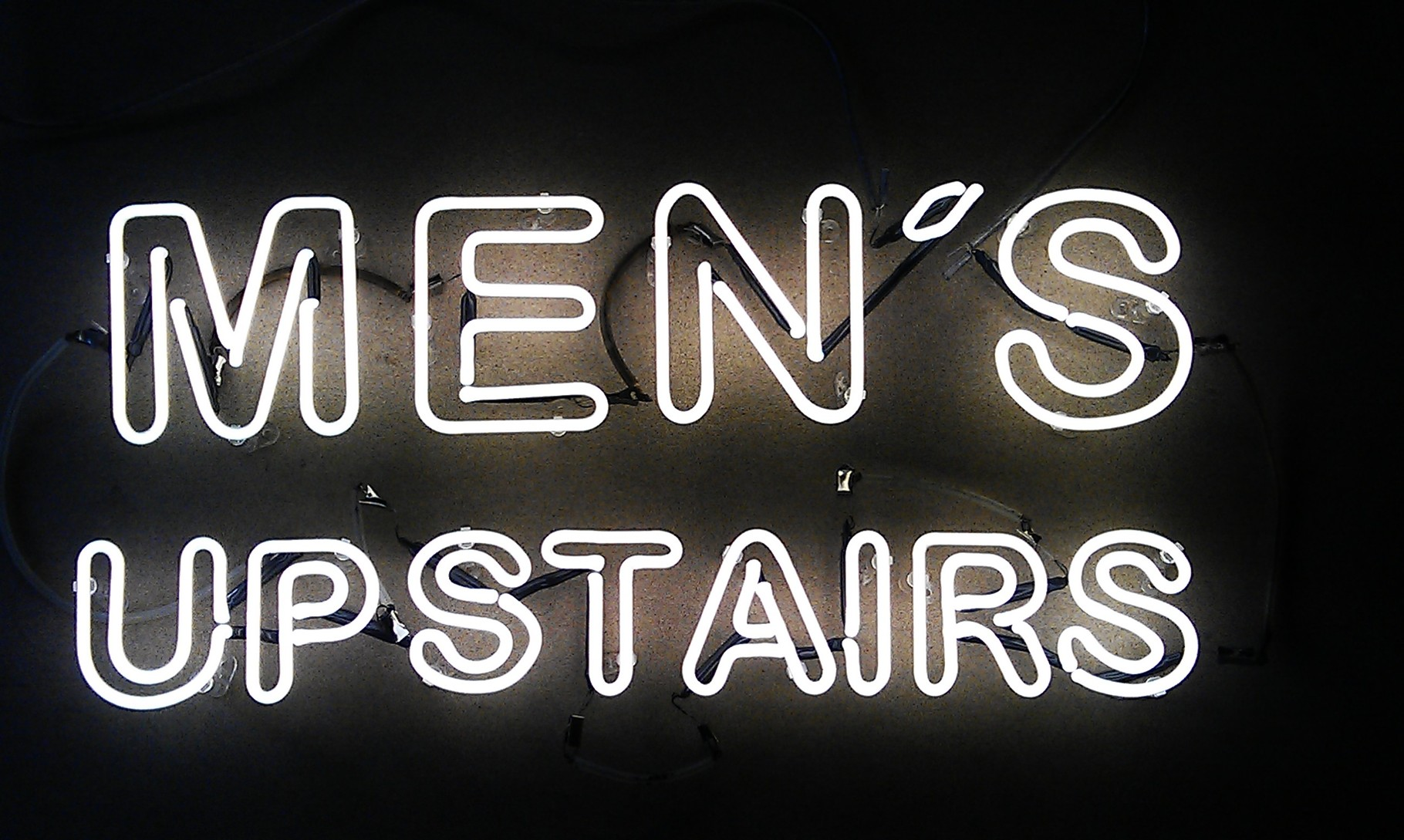Neonschrift : Men's upstairs // Neonjoecks Berlin