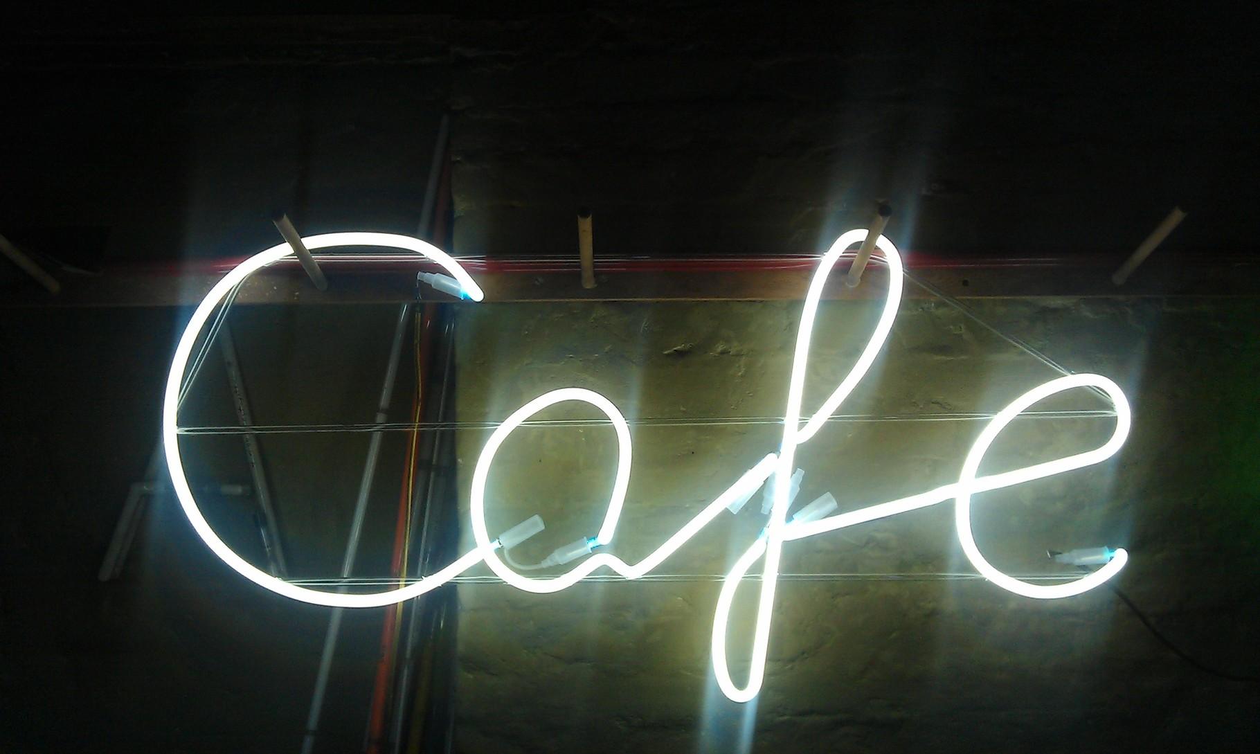 """Neonschrift """"Café"""" aus Berlin // Neon Joecks Berlin"""