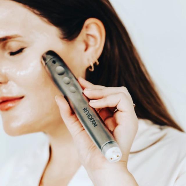 Kühlende Kosmetikbehandlung mit Detox-Feuchtigkeit's Effekt
