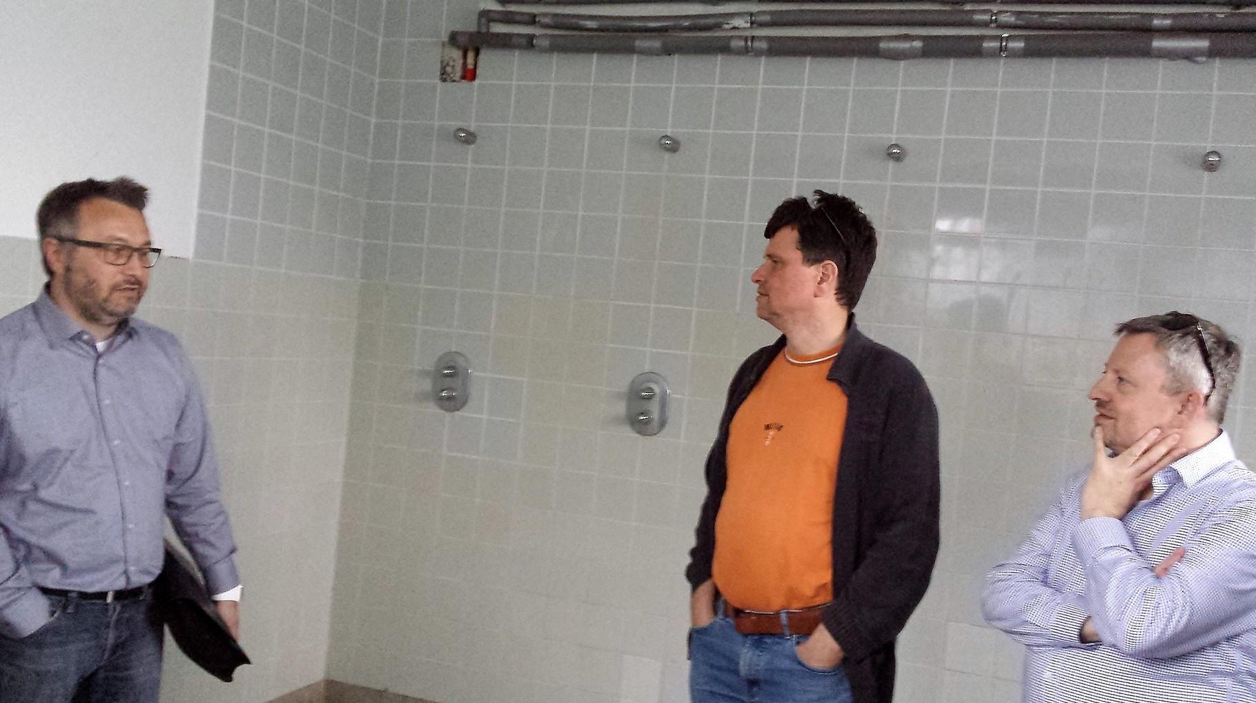 Duschraum: kalt, verkalkt, Leitungsrohre auf Putz, Glasbausteine als Fenster, kaum beheizbar