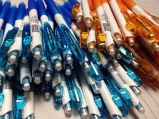男の子でも女の子でも使ってもらえるように、鮮やかなブルーとオレンジのシャープペン。