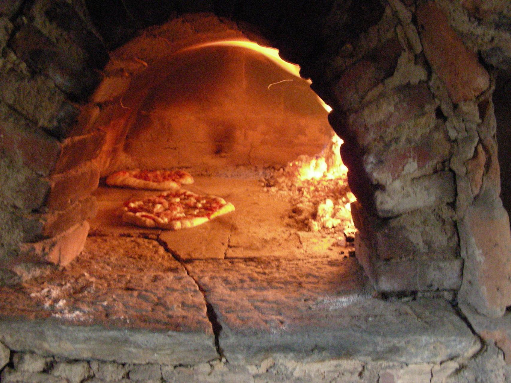 Feine Holzofen-Pizza aus dem traditionellen Brotbackofen