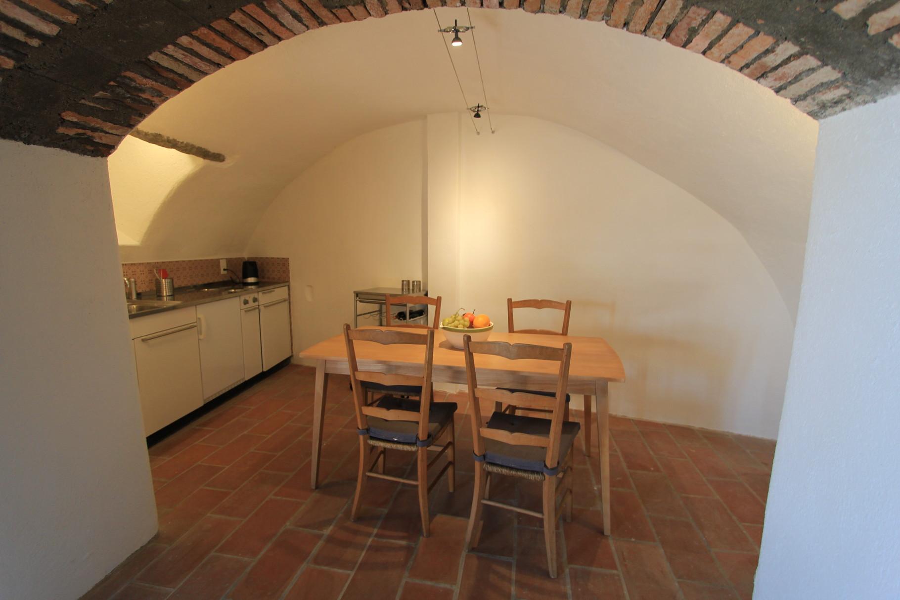 Die Küche im stimmungsvollen Kellergewölbe