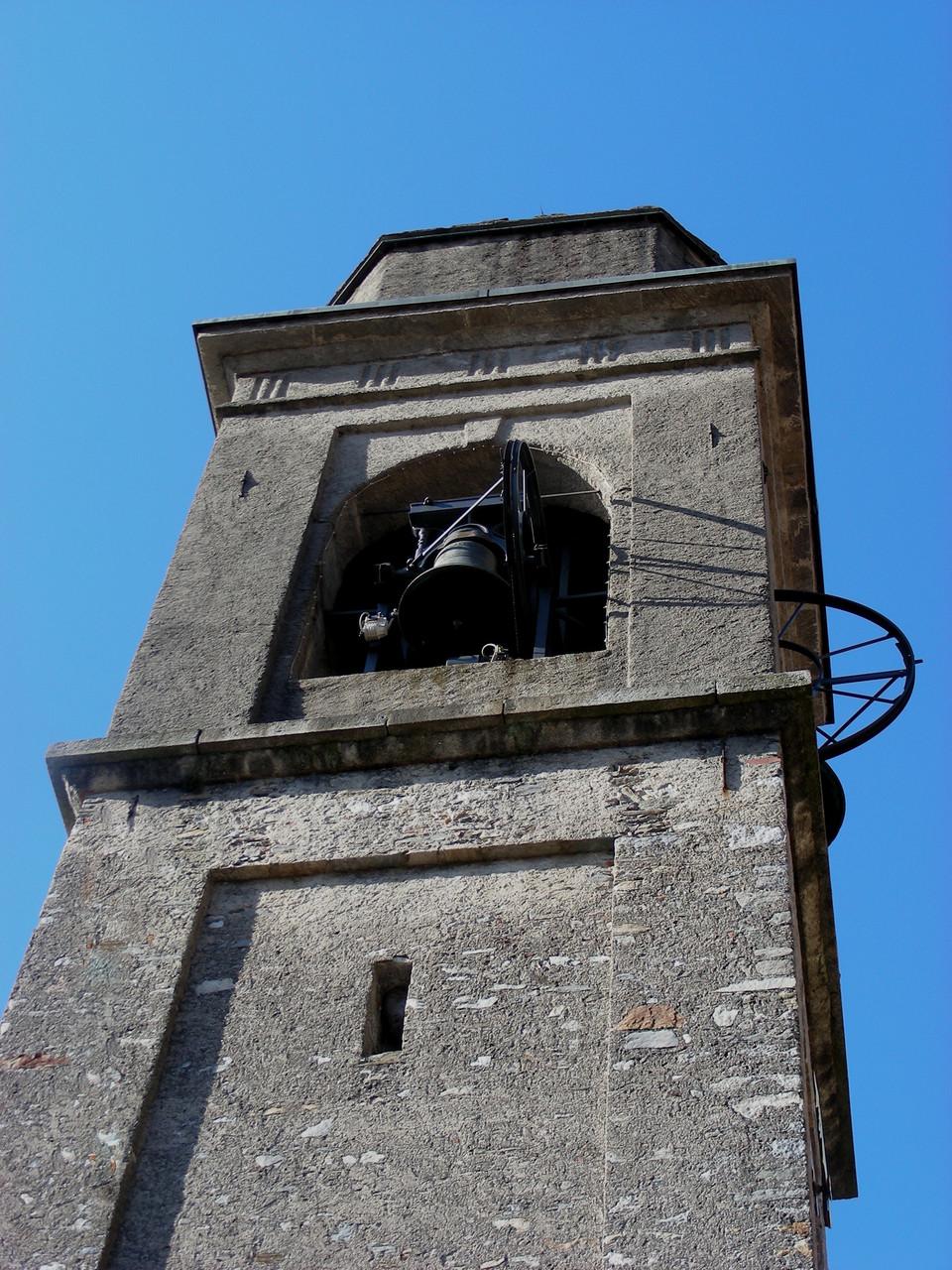 Der Kirchturm mit dem typischen Glockenspiel