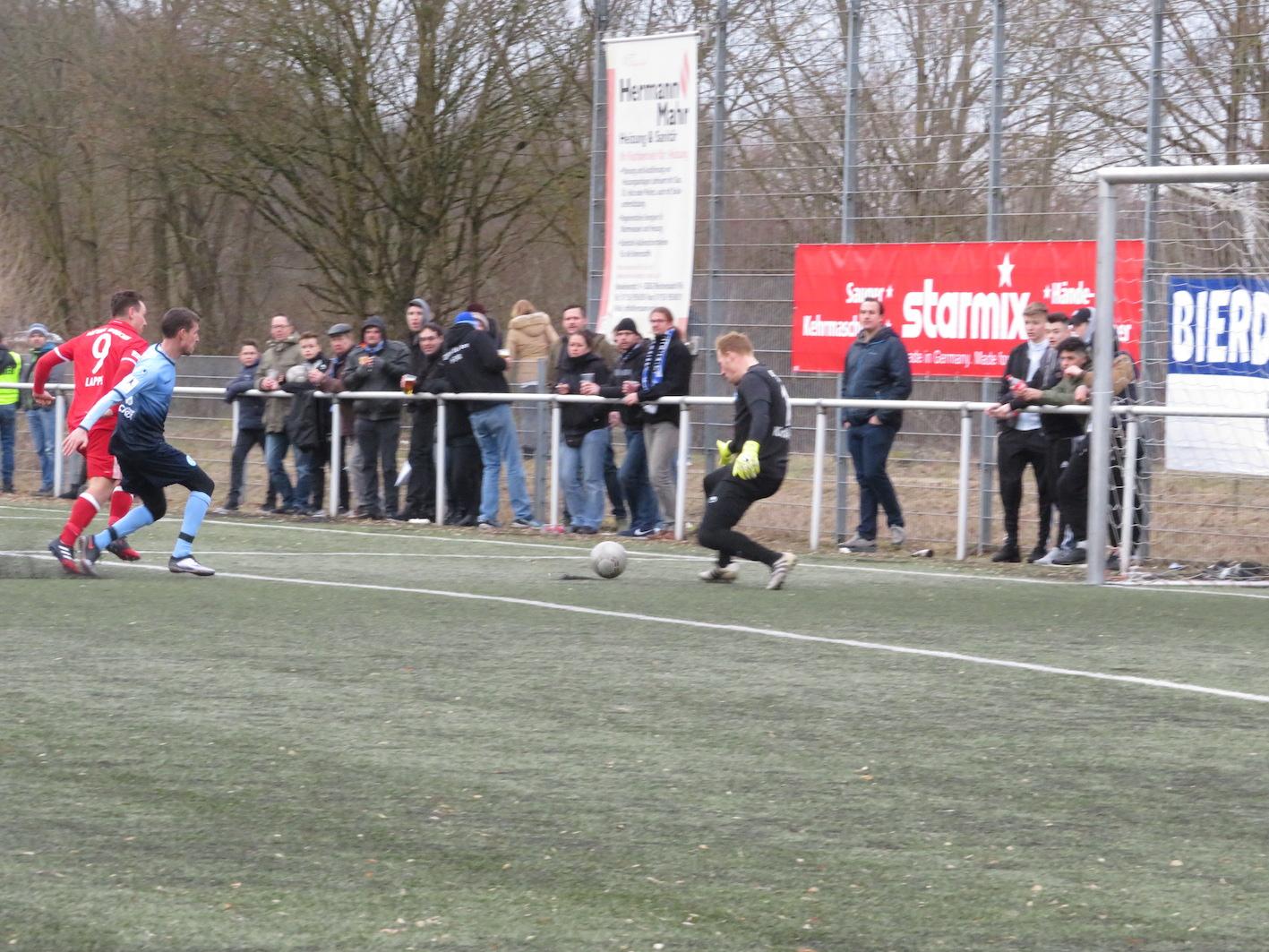 Lappe schießt den Ball an den Pfosten.