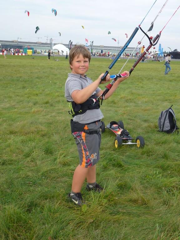 So habe ich mit Depower Kites angefangen. Auf KLB Open in Oktober 2011 in Berlin mit Ozone Access 2012 6.0 qm