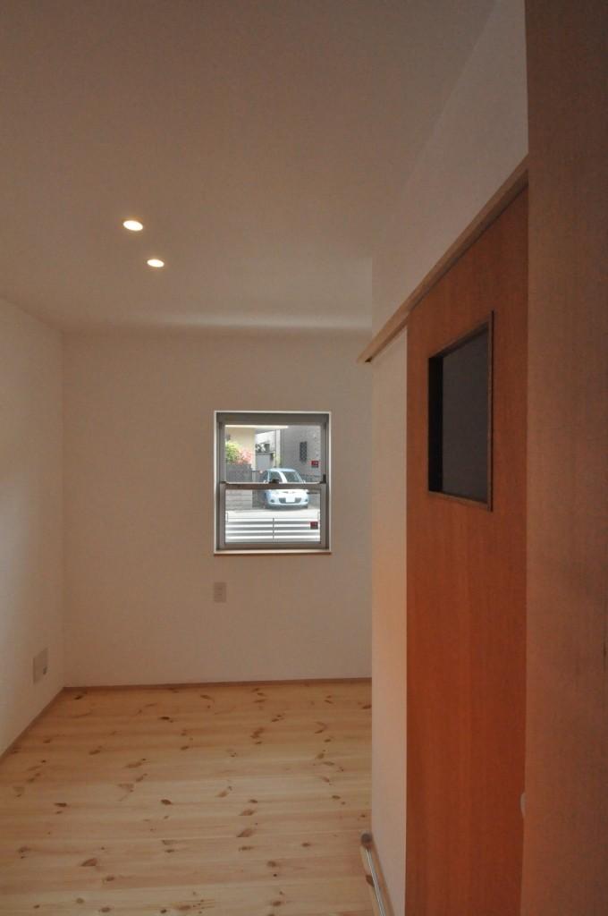 漆喰壁居室・木製建具(柿渋塗装)