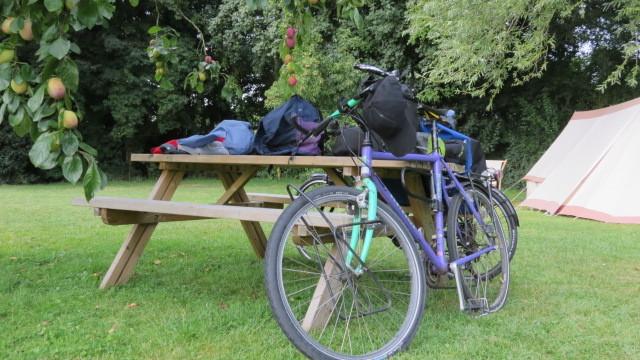 Stilleben mit Velo auf einem Campingplatz