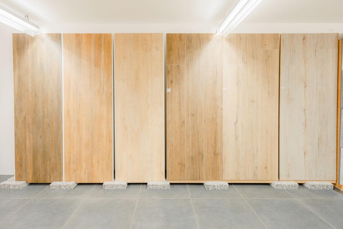 Auch Holzböden und Parkettlösungen können Sie bewundern ...