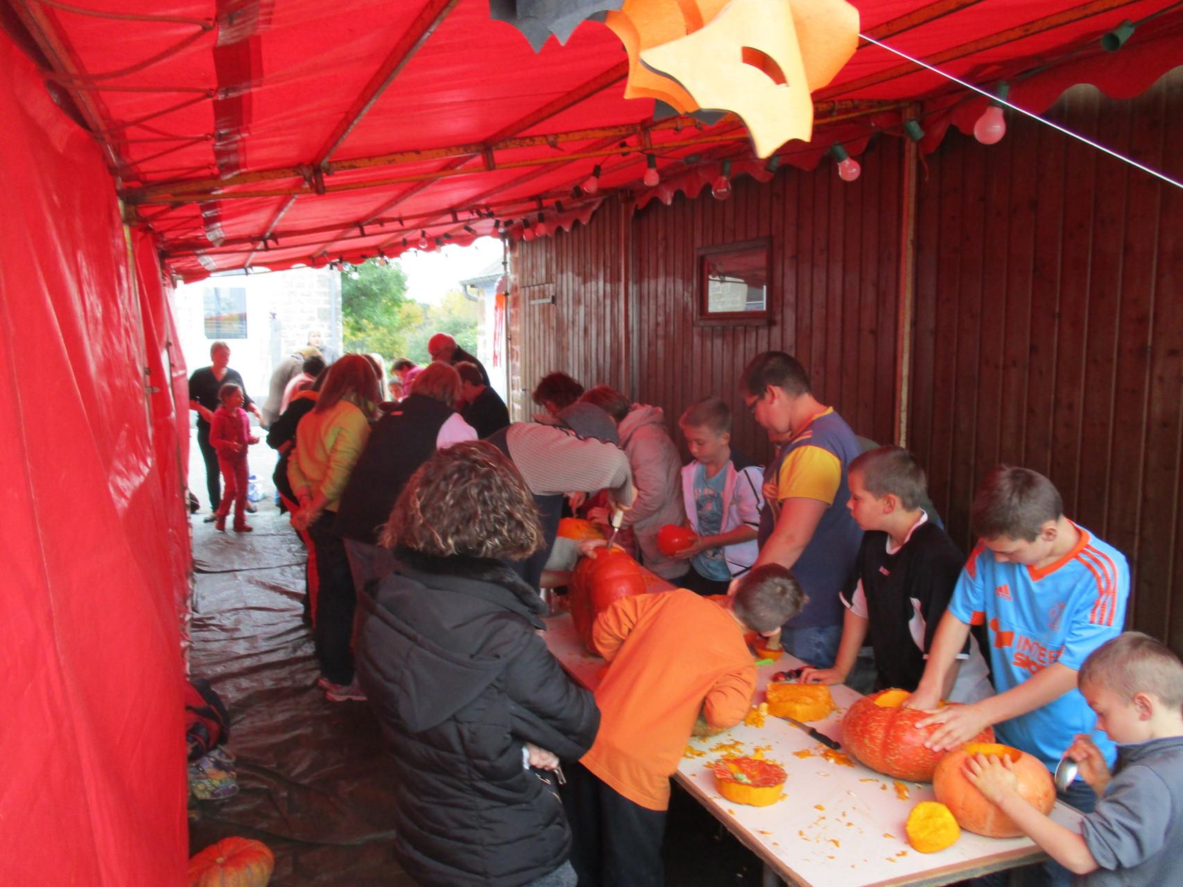 La préparation des citrouilles a lieu l'APM avec les enfants du village et des environs