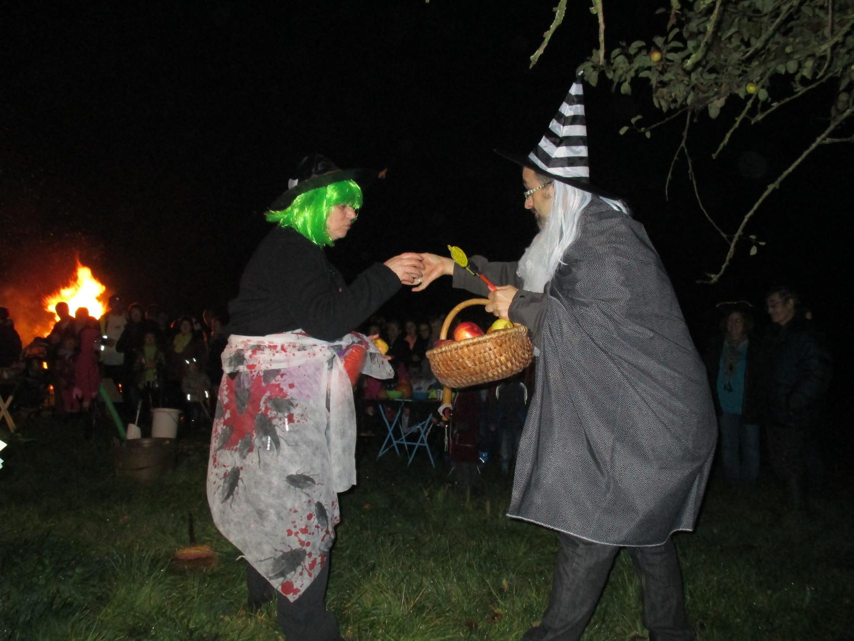 La sorcière et le mage qui l'invite à manger des fruits