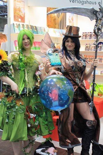 Katharina und Alina mit Soyala auf der Leipziger Buchmesse (weiter durch Klicken auf das Bild)