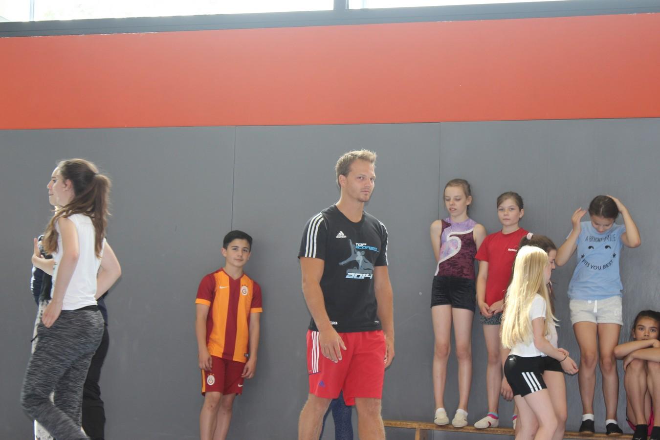 """Training auf hohem Niveau ... Bundesligaturner Fabian Lotz trainiert die Teiolnehmer der Projektgruppe """"Tanzen und Turnen"""""""