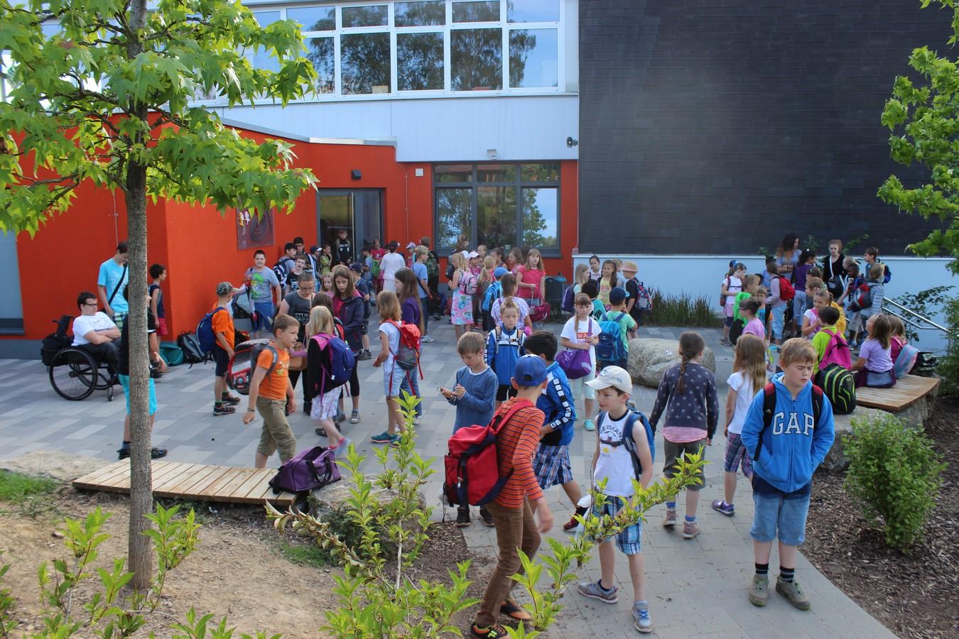 8. 30 Uhr vor dem Grundschuleingang ... gleich beginnt der 2. Projekttag ...