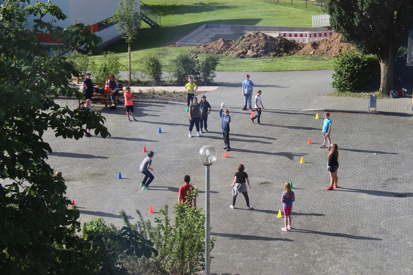 Bewegungsspiele auf dem Schulhof ...