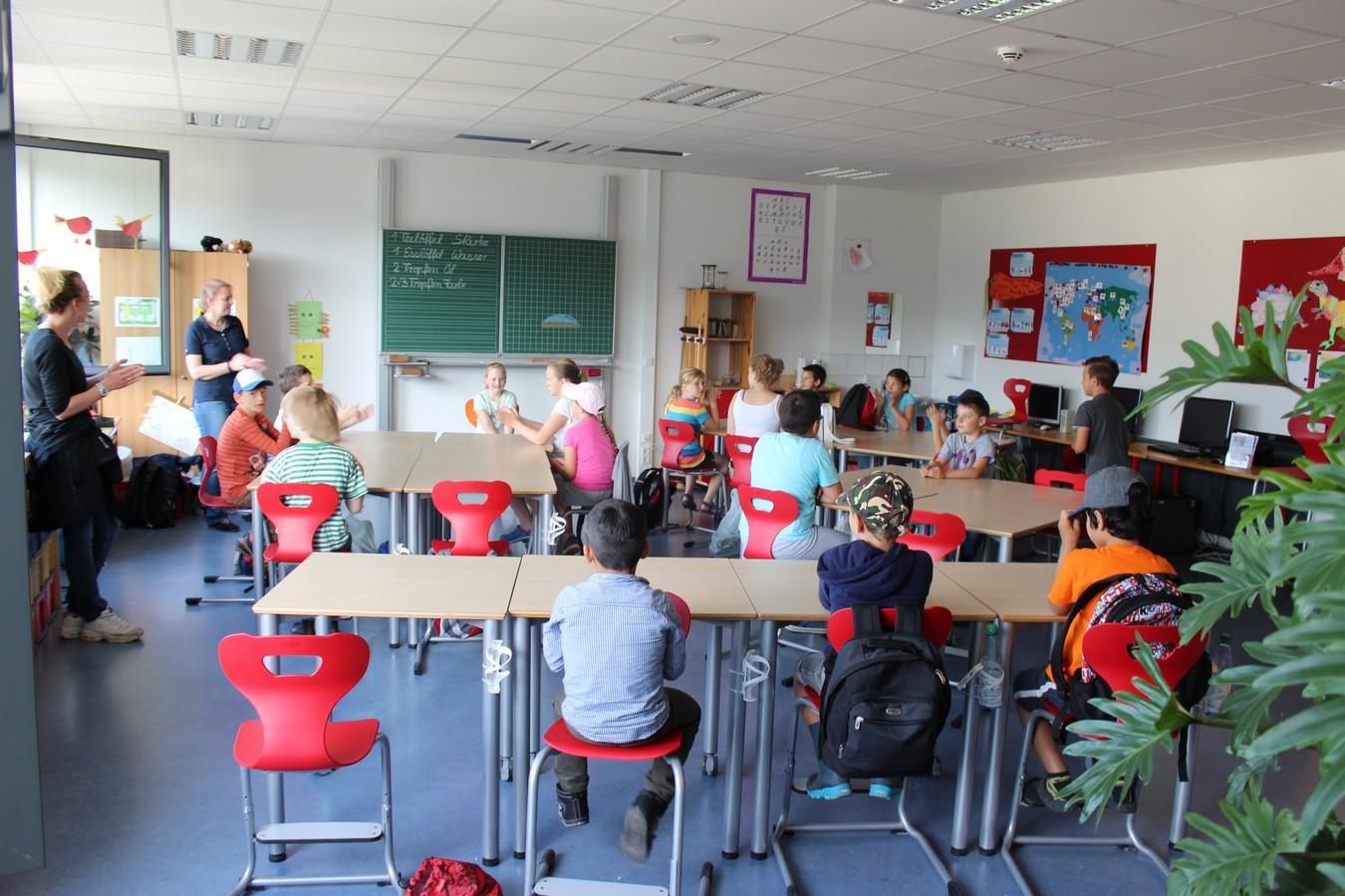 Singend starten die Kinder mit ihren Lehrerinnen in den Projekttag ...