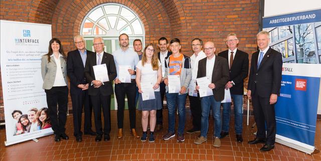 Die diesjährigen Landessieger mit den Vertretern der geehrten Schule. Links: Dr. Yvonne Hartwich, Beauftragte für den Mathematikwettbewerb des Landes Hessen.