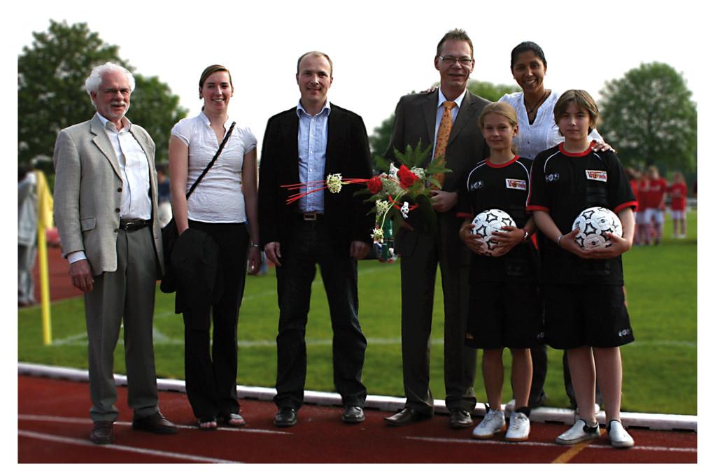 1. FC Union Frauentag – 05/2009: Svend Simdorn (Bezirksstadtrad Treptow), Steffi Jones (Präs. d. Organisationskomitees d. Frauenfußball-WM 2011)