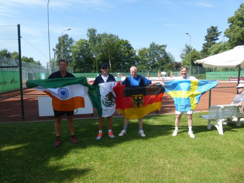 Die Teamkapitäne Walther, Harbusch, Möltgen und Lips (v.l.) mit der Flaggenparade