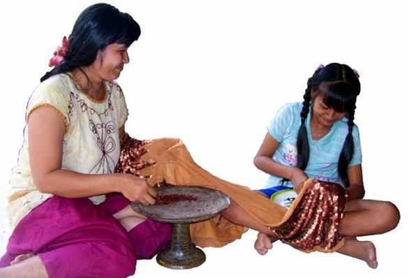 Mutter und Tochter beim Applizieren von Pailetten