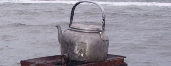 Stilleben - Wasserkessel vor grauem Meer