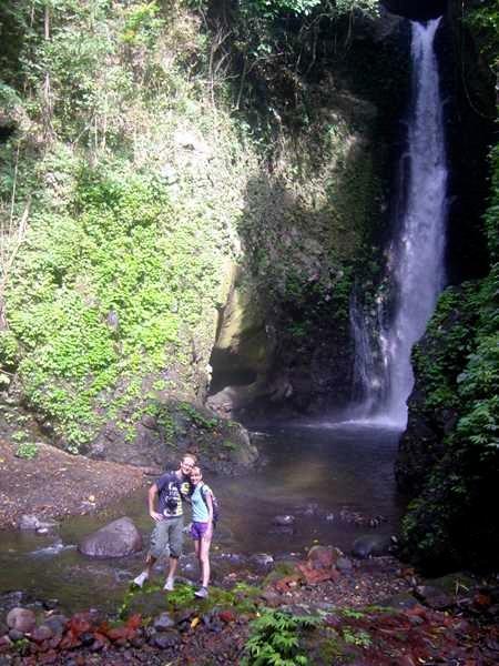 Touristen vor malerischem Wasserfall