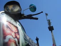 Vespa vor dem Denkmal im Hafen Singarajas aus ungewöhnlicher Perspektive